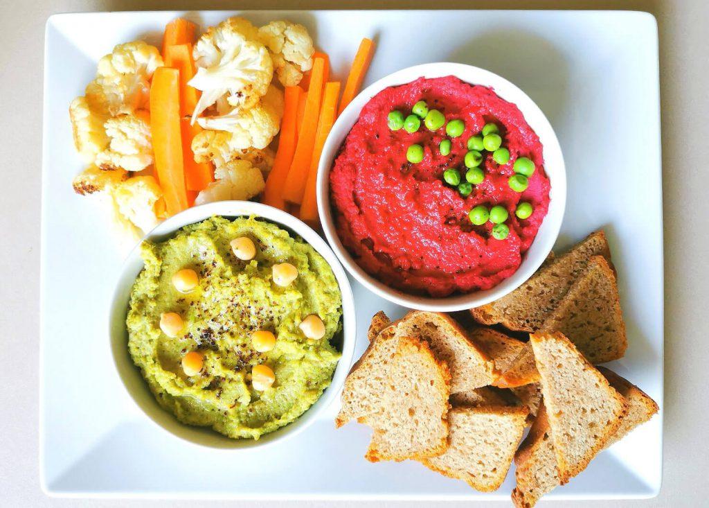2 вида хумус с една основа: Розов Хумус Druidess с печено червено цвекло и Зелен Хумус Oracle с грах