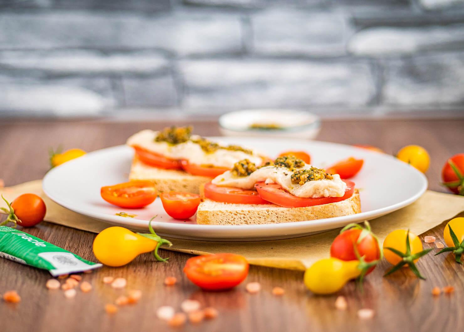 Сандвич Капрезе с домашно песто с Oracle и веган моцарела